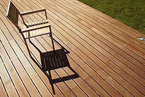 Poseur d'une terrasse en bois Crozet