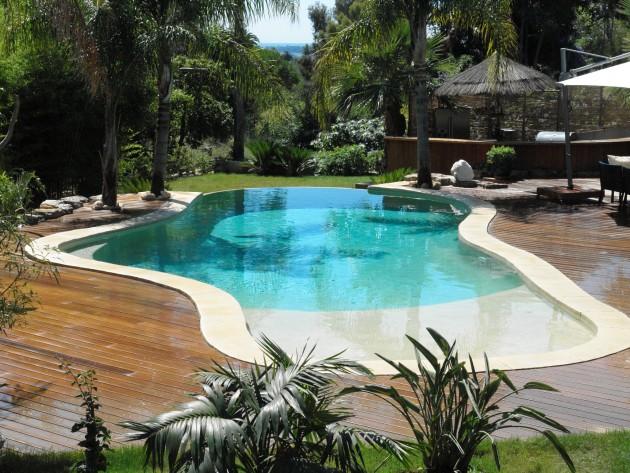 Une piscine priv e avec plage immerg e pour maison - Piscine forme libre avec plage ...
