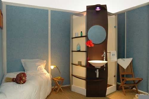 design sophistiqu facilit de pose co t r duit la mini salle de bains d 39 altor est une. Black Bedroom Furniture Sets. Home Design Ideas