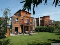 En France, les maisons en bois, traditionnelles ou contemporaines, ne se cachent plus.
