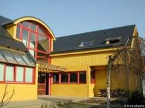 Plan de maison : une maison jaune et rouge en bois en région parisienne