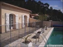 Barrière ou clôture de piscine : indispensable à la sécurité, design en option