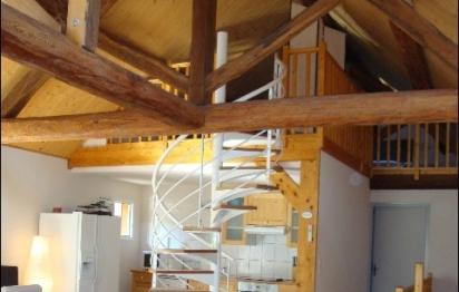 Mezzanine et poutres apparentes : un bel effet « cathédrale » dans le séjour
