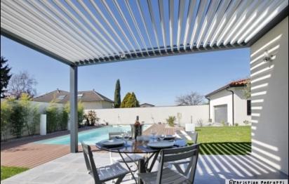 Une pergola bioclimatique pour profiter de sa terrasse