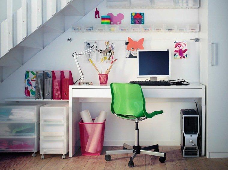 Aménager un coin bureau sous l'escalier Designmag