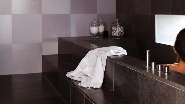 Effet miroir et carreaux dans salle de bain avec peinture brillante Dulux Valentine