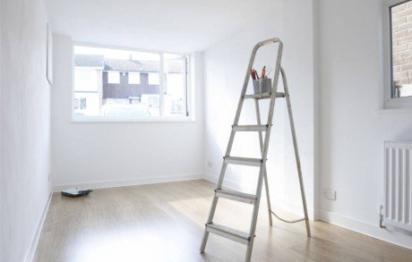 Préparation de mur : enduit de lissage avant peinture