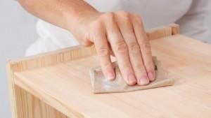 Repeindre ses meuble de cuisine : préparation du support ponçage