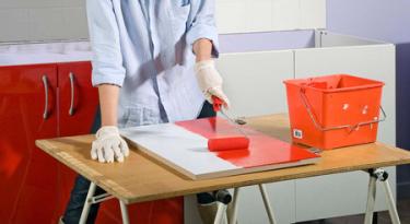 Repeindre ses meubles de cuisine appliquer de la résine