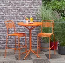 LIGNE PIX: La chaise Santis haute L. 56 x Prof. 60 x H. 114 cm. Coloris rouge ou vert © Truffaut