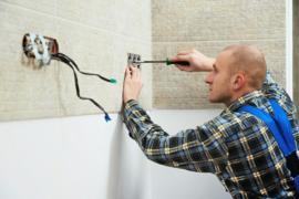 Électricien travaillant sur la pose de prises électrique